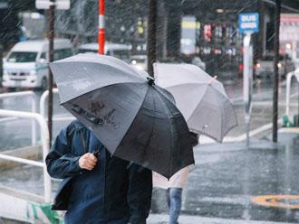 台風時に通勤する人々