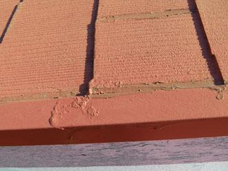 コーキングで隙間を埋められたスレート屋根