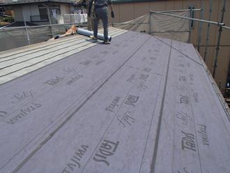 スレートの上に防水紙を敷設