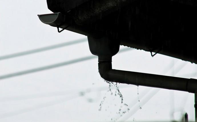 雨樋から漏れ出す雨水