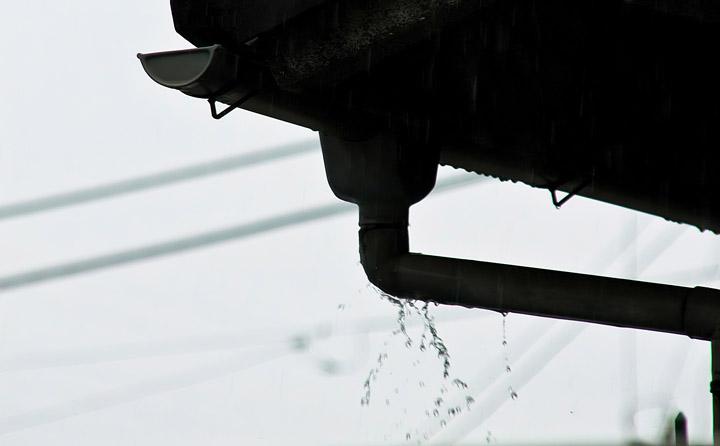 雨樋からの水漏れを放置してはいけません|千葉県