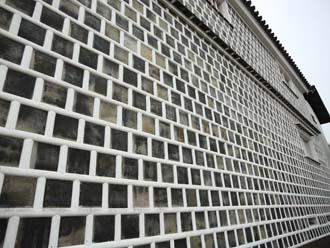 全面がなまこ壁の建物