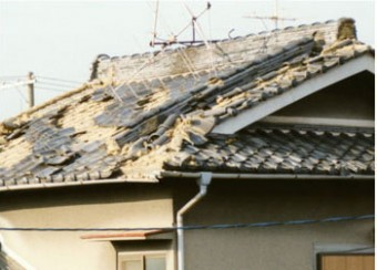 地震によって屋根が倒壊している
